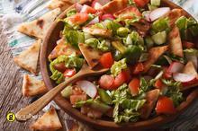 Λιβανέζικη σαλάτα Fattoush με ντομάτες πιπεριές και αραβική πίτα