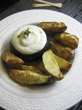 A taste of Greece: potato wedges with a feta, lemon and thyme dip/ Γεύση Ελλάδας: κρύα σάλτσα φέτας με λεμόνι και θυμάρι