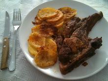 Μπριζόλες μεθυσμένες με σάλτσα κρασιού και τσιπς πατάτας