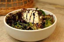 Πράσινη Σαλάτα με Ρόκα Λόλα Μυζήθρα Χανίων και Ντρέσινγκ από Πετιμέζι