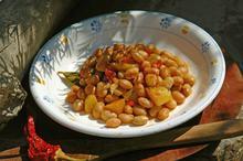 Φασόλια χάντρες με πατάτες, πιπεριές και λουκάνικο