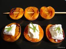 Ψητά βερύκοκα με κατσικίσιο τυρί & φρέσκο δενδρολίβανο