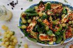 Σαλάτα με σπανάκι, κολοκυθάκια, χαλούμι, σαλάτα και σταφίδα, της Χρυσαυγής Μπόμπολα