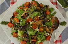 Πράσινη σαλάτα με ψητά ντοματίνια, μανιτάρια και πέστο μυρωδικών