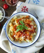 Ριγκατόνι με σάλτσα ψητής ντομάτας (και βασιλικό)