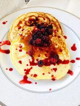 Pancakes με σάλτσα βατόμουρου