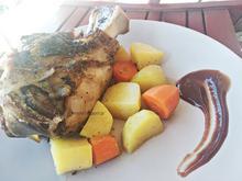 Χοιρινό κότσι στο φούρνο με πατάτες και καρότα