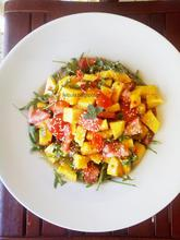 Σαλάτα με άγρια ρόκα, μάνγκο και sweet chilli sauce