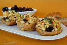 σαλάτα με φασόλια και κριθαροκούλουρα/Bean And Barley Rusk Salad