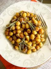 Baked chickpeas with caramelized onions and rosemary/ Ρεβίθια στο φούρνο με καραμελωμένα κρεμμύδια και δενδρολίβανο