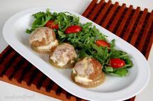 κεφτέδες με κρεμμύδια και σάλτσα γιαουρτιού/Meatballs With Onions And Yogurt Sauce