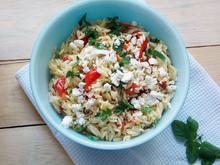 Σαλάτα με κριθαράκι, ψητές πιπεριές & φέτα