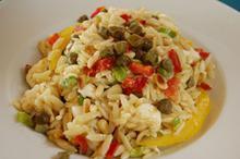Συνταγή: Σαλάτα με κριθαράκι, πιπεριές, ελιές καλαμών, κάππαρη, μουστάρδα Ντιζόν, κύμινο, κουκουνάρι