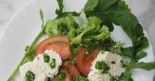 Σαλάτα με ρόκα, κατσικίσιο τυρί και πέστο