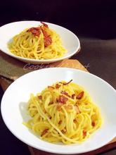 Zυμαρικά με σάλτσα κολοκύθας, κουρκουμά & τραγανό μπέικον