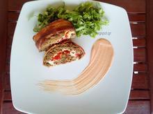 Ρολό κιμά γεμιστό με φέτα και πιπεριές Φλωρίνης, τυλιγμένο με μπέικον και κοκτέιλ sauce