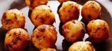 Εύκολοι και τραγανοί πατατοκεφτέδες με τυρί