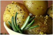 Πατάτες με κρεμμυδάκια & δεντρολίβανο