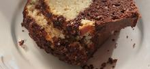 Εύκολο δίχρωμο κέικ χωρίς βούτυρο, γάλα και αυγά