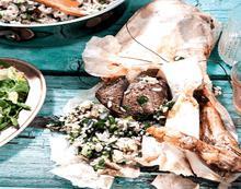 Κατσικάκι στη λαδόκολλα γεμιστό με ρύζι
