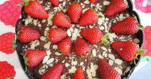 Τάρτα Μαύρης Σοκολάτας με Ορεό & Φράουλες