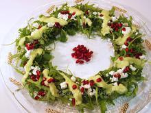 Χριστουγεννιάτικη σαλάτα-στεφάνι με ρόκα & ντρέσινγκ αβοκάντο