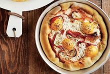 Πίτσα µε µπέικον και αυγό