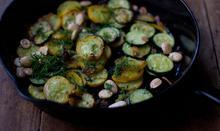 Κολοκυθάκια σωτέ με σκόρδο και αμύγδαλα - Συνταγές - Νηστικό Αρκούδι - Από τον Αγρό στο Πιρούνι