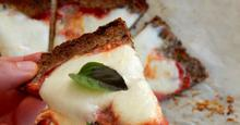 Ζύμη πίτσας χωρίς γλουτένη με λιναρόσπορο, κολοκυθόσπορο και αμύγδαλα