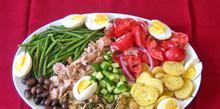 Συνταγή: Σαλάτα με ντομάτα, βρασμένα φασολάκια, τόνο, ελιές, πατάτες, βραστά αυγά, βινεγκρέτ