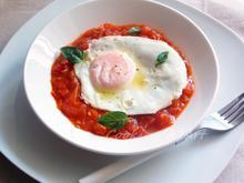 Τηγανιτά αυγά με σάλτσα ντομάτας