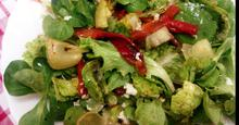 Πράσινη σαλάτα με ψητές πιπεριές Φλωρίνης, κρεμμύδια και φέτα