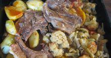 Mπριζόλες χοιρινές με πατάτες και κουνουπίδι στο φούρνο!