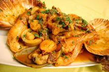 Συνταγή: Γαρίδες με χτένια, μύδια, χταπόδι, καλαμαράκια, κρόκο, ούζο, μπισκ