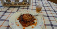Μελιτζάνες  στο  φούρνο  με  σάλτσα   απο  λουκάνικα