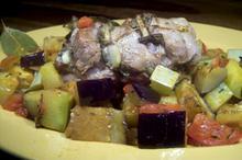 Συνταγή: Φιλέτο χοιρινό με σκόρδο, φασκόμηλο, ντομάτες, μελιτζάνες, κολοκύθια, θυμάρι,δάφνη, λευκό κρασί