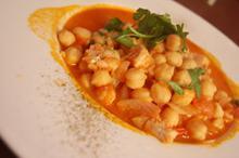 Συνταγή: Μπακαλιάρος με ρεβύθια, ντομάτες, κρεμμύδια, λεμόνι