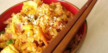 Συνταγή: Τηγανητό ρύζι με μπέικον, αυγό, λάχανο, γλυκόξινη σάλτσα