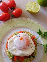 Μπρουσκέτα με αβοκάντο και αβγό ποσέ