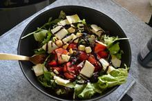 Σαλάτα με φρούτα του δάσους & παρμεζάνα