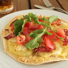 Πίτσα σε τορτίγιας με πατάτα και σαλάμι μπίρας - The one with all the tastes