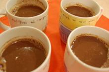 Συνταγή: Κουβερτούρα με τσίλι, γάλα, βανίλια, μέλι, δυόσμο, καφές