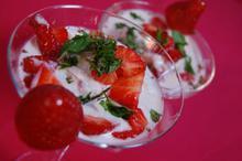 Συνταγή: Φράουλες με μέντα, αχλάδι, λεμόνι, σιρόπι κεράσι, γιαούρτι, μέλι