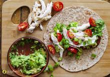 Υγιεινό σάντουιτς τορτίγιας με κοτόπουλο αβοκάντο και λαχανικά