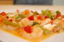 Συνταγή: Γαρίδες με μύδια, πιπεριές, κρεμμύδια, ντομάτα, τυρί καλαθάκι Λήμνου, ούζο, λευκό κρασί