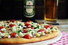 Πίτσα με Ζύμη Μπύρας, Πατέ Ελιάς, Φέτα και Ντοματίνια
