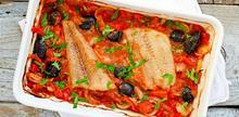 Συνταγή: Μπακαλιάρος με ντομάτες, πιπεριές, ελιές, κρεμμύδι, μαϊντανό, πιπέρι, ελαιόλαδο