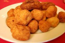 Συνταγή: Κεφτέδες με φάβα, σκόρδο, κρεμμύδι, γραβιέρα, φρυγανιά