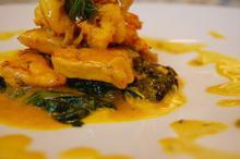 Συνταγή: Κοτόπουλο με γαρίδες, λευκό κρασί, μανταρίνι, κρεμμύδια, άνηθο, σπανάκι, άνηθο, κρόκο κοζάνης, κρέμα γάλακτος