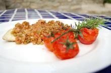 Συνταγή: Τσιπούρα με λεμόνι, πορτοκάλι, ματζουράνα, σκόρδο, ντομάτα, φακές, δεντρολίβανο